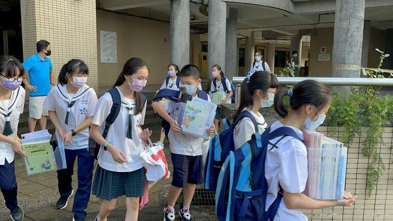 各級學校明起停課到5月28日,今天到了放學時間,學生多把原本放在教室的用品帶回家。記者邱瑞杰/攝影