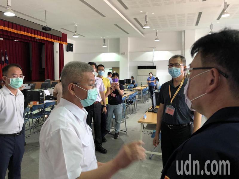 大批員警子女停課要請防疫照顧假,台南市警局長方仰寧察看永康分局防疫措施時強調,一定優先准。記者周宗禎/攝影