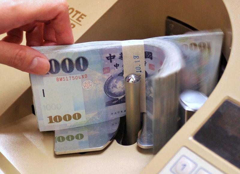 央行今日公布今年4月金融情況,國內存款餘額首度突破50兆元大關,單月大增3,319億元,創四個月新高。網路照。