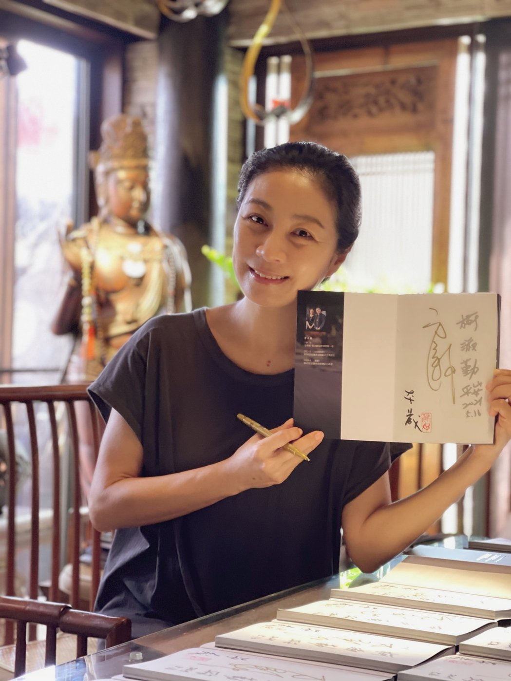 簽書會喊停,但方文琳為預購者簽名並寫上「平安」兩字。圖/宏願大千世界提供