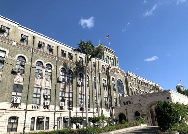 司法院今表示「防疫優先」,除原本暫緩開庭的雙北市各級法院外,全國各法院明起也暫緩...