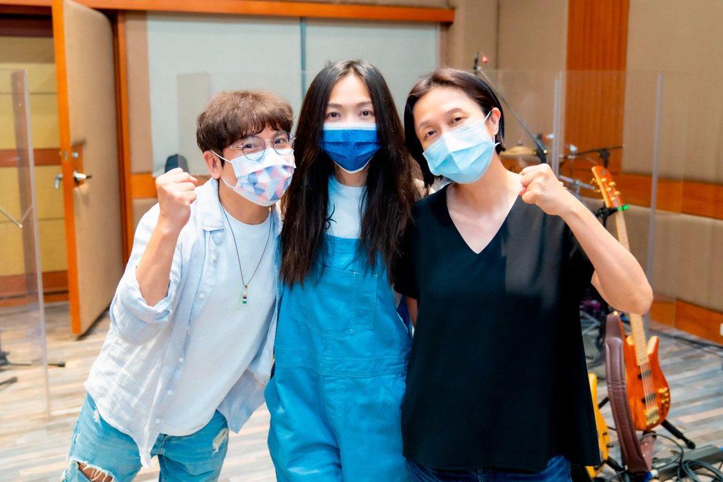 萬芳(中)請到好友郭蘅祈(左)擔任導演,音樂總監則是黃韻玲。圖/何樂音樂供