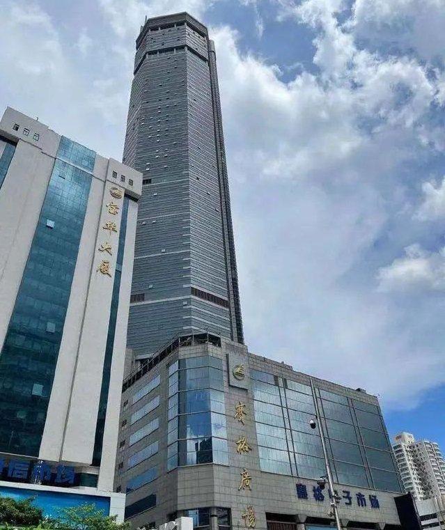 廣東深圳地標性建築「賽格大廈」, 18日下午1時突發生劇烈晃動(右)。網易財經