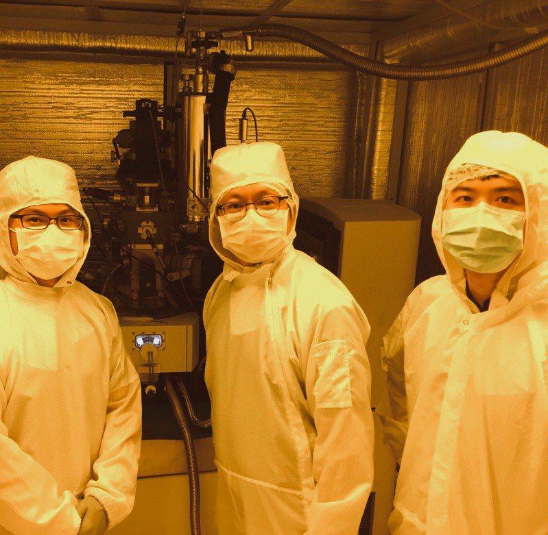 研究團隊與氦離子束微影系統 (由左至右為周昂昇博士、吳志毅教授、沈品均博士)。 記者謝佳雯/攝影