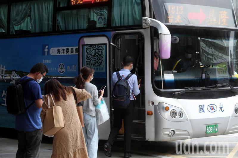 疫情升溫,遊覽車及國道客運業者大受衝擊。記者邱德祥/攝影