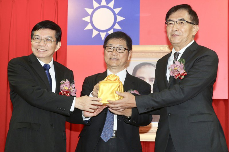 中華郵政確診員工5月10日參加郵政工會表揚大會,交通部長王國材(左)、中華郵政董事長吳宏謀(右)等人都在場。圖/聯合報系資料照片