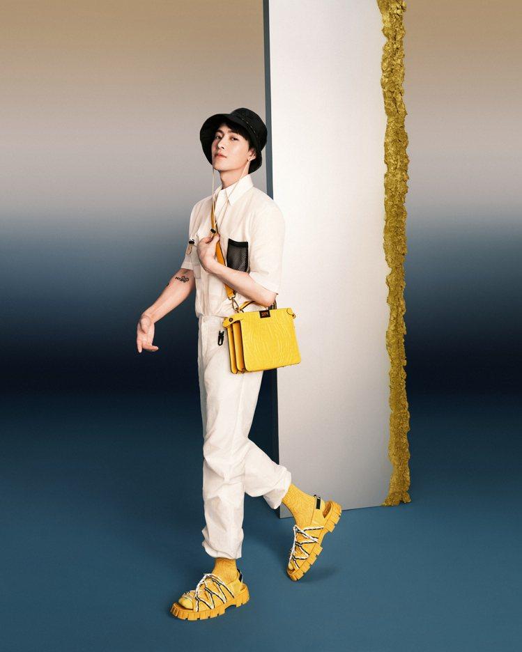 王嘉爾演繹搶眼的小羊皮Peekaboo ISeeU包款。圖/FENDI提供