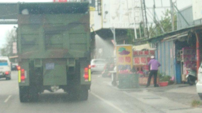 化學車沿街消毒,民眾應趕快收起物品,今天下午有葡萄農路邊擺攤,來不及收葡萄。記者簡慧珍/攝影