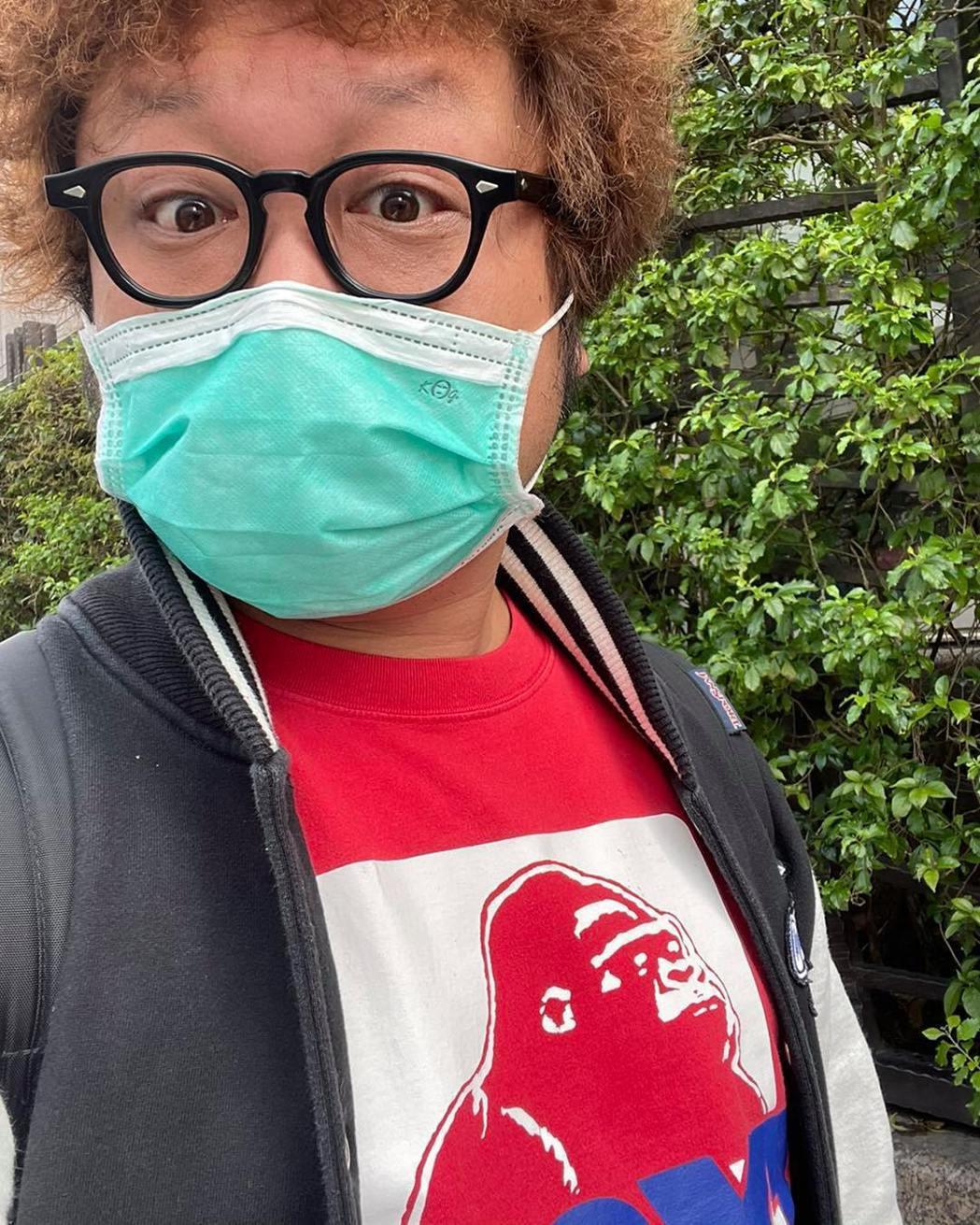納豆這幾天持續在家進行隔離防疫,戴好口罩、勤洗手,幽默倡導「耍廢救台灣」。圖/摘...