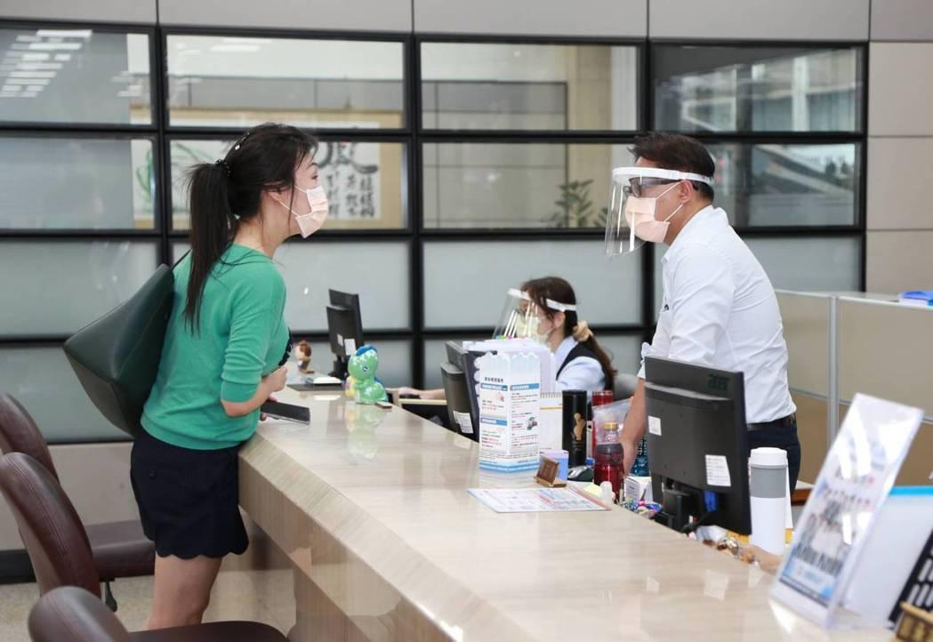 彰銀防疫升級,北部第一線員工戴防護面罩。彰銀/提供