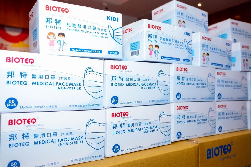 邦特科技公司捐贈10萬個醫療級口罩給宜蘭縣政府,幫助政府共同對抗疫情。圖/縣府提...