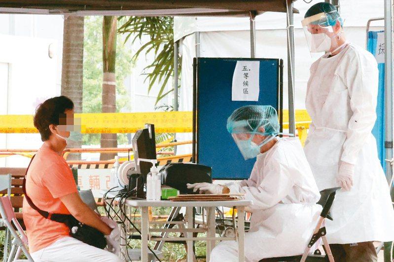 台北市於仁濟療養院舊址成立第五個篩檢站,指揮官陳時中表示,雙北地區將廣設篩檢站,希望民眾將醫療量能留給重症病患。記者蘇健忠/攝影