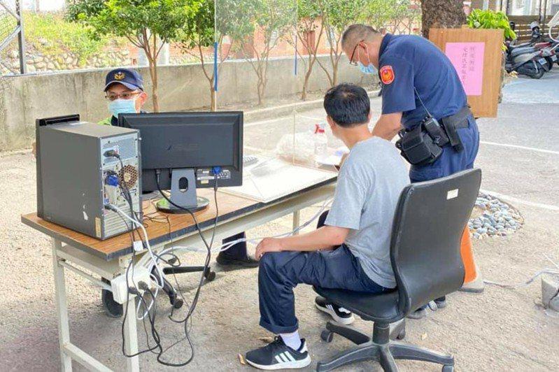 疫情延燒,台中市大甲警分局日南派出所的受理報案區移到戶外。圖/警方提供