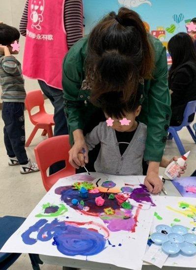 未滿6歲兒童在經過醫院團隊綜合評估後,北市早療社區資源中心的人員會轉介往合法的訓練機構。圖/北市社會局提供
