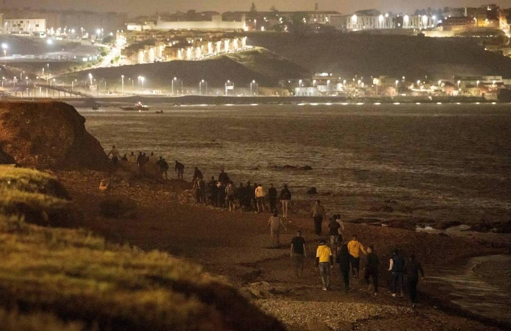 西班牙的北非飛地自治市休達(Ceuta) ,自17日清晨開始就湧入了大批從摩洛哥...