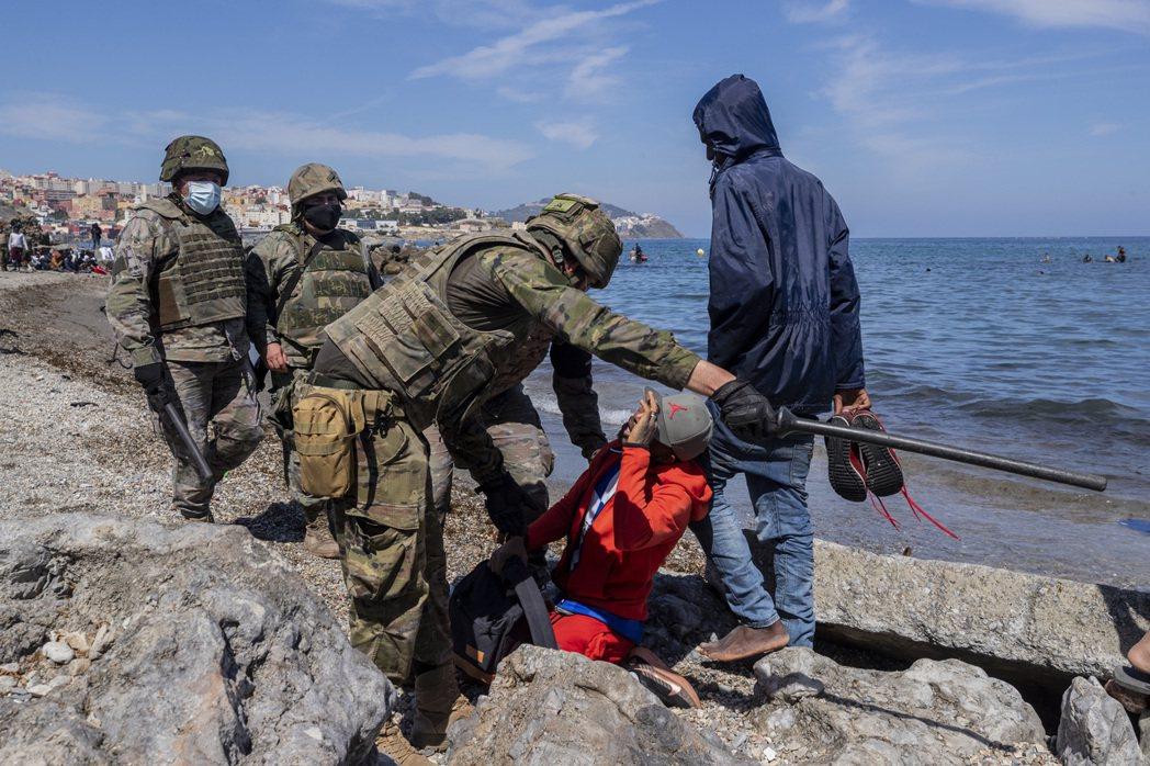 在17號的「大偷渡首日」裡,休達警方在12小時內就逮捕了超過5,000名非洲偷渡...