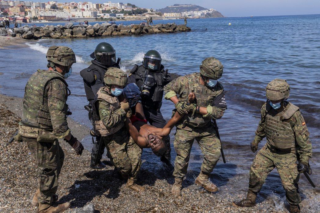西班牙中央緊急派出軍隊前往「封鎖灘頭」,並連同歐盟對摩洛哥的「故意縱放邊境」發出...
