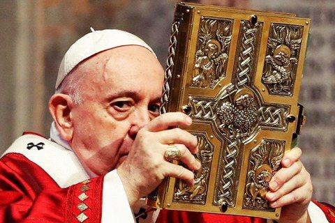 圖/路透社:教宗方濟各在2020年主持五旬節彌撒。