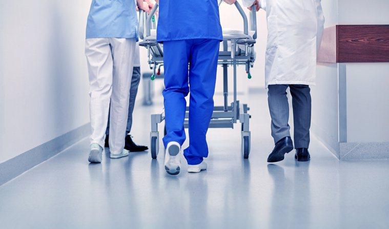 護理師護士公會全聯會監事長盧美秀表示,公會已整理近3年退休護理師名單,將詢問各縣...