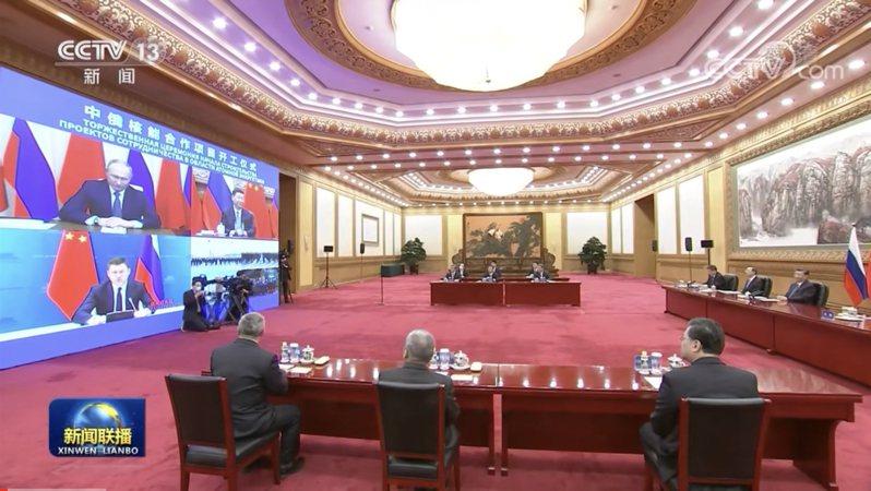 大陸國家主席習近平與俄羅斯總統普亭以視訊方式見證雙方的一項核能合作項目。圖/取自陸媒央視
