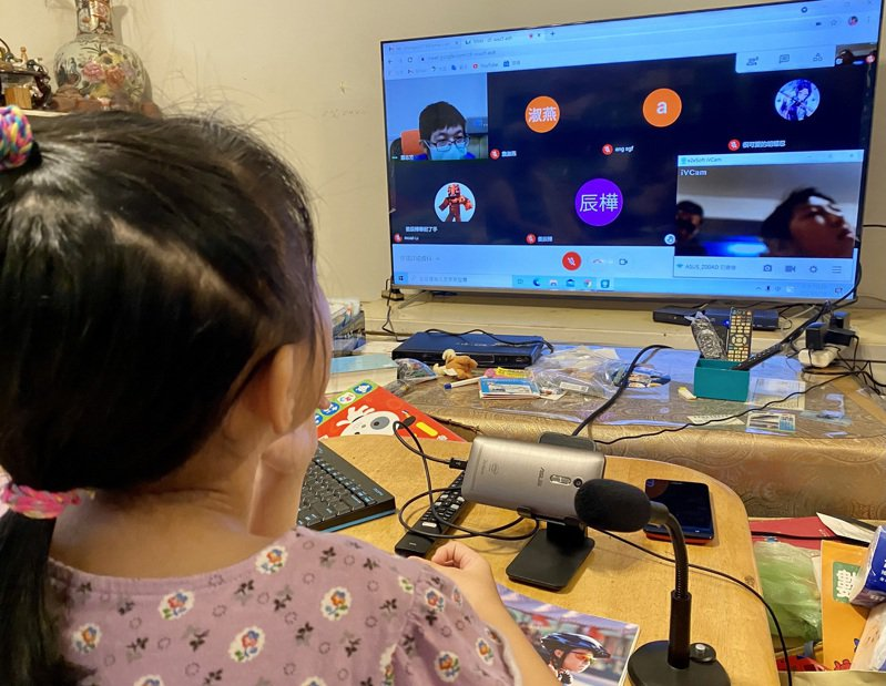 疫情期間,學校改為利用遠距視訊軟體教學。示意圖。中央社