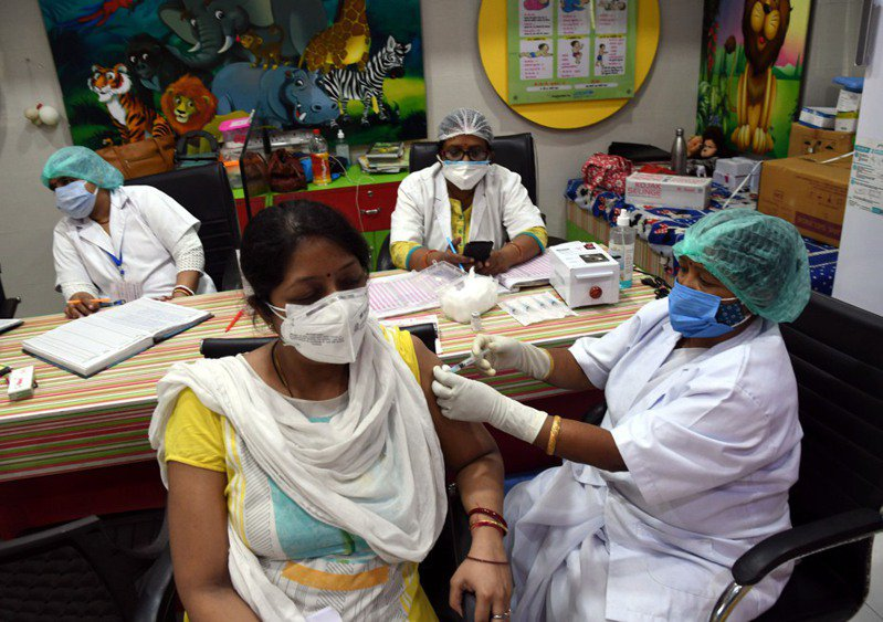 印度的2019冠狀病毒疾病(COVID-19)疫情嚴峻,單日新增確診病例數雖有減緩趨勢,但今天通報的新增病故數卻高達4529人,創下新高紀錄。 新華社