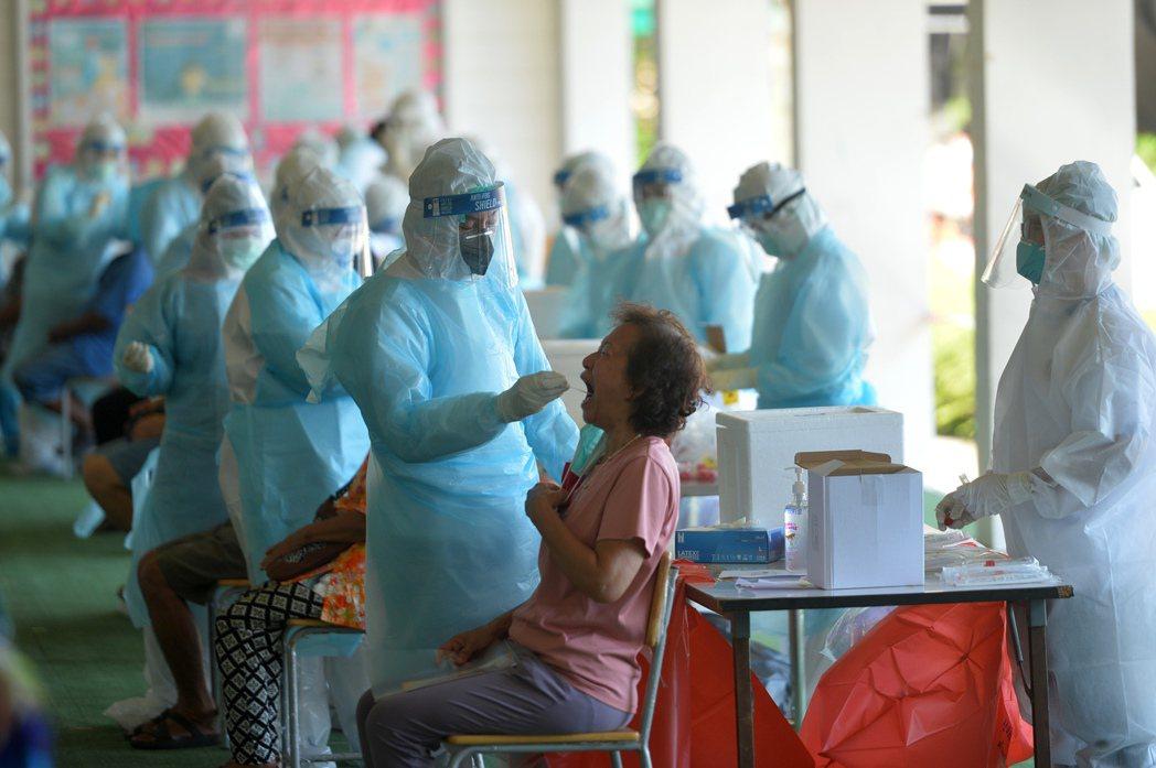 泰國4月初爆發第三波疫情,且情勢比前兩波更嚴峻,每天增加2000到3000例的確...