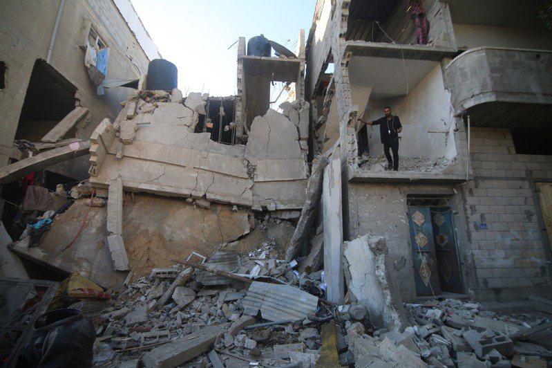 一名以色列軍方消息人士今天表示,以色列正在評估何時是暫停空襲加薩走廊巴勒斯坦武裝分子的適當時機,但如果必要會準備進行「更多天」的空襲。 新華社