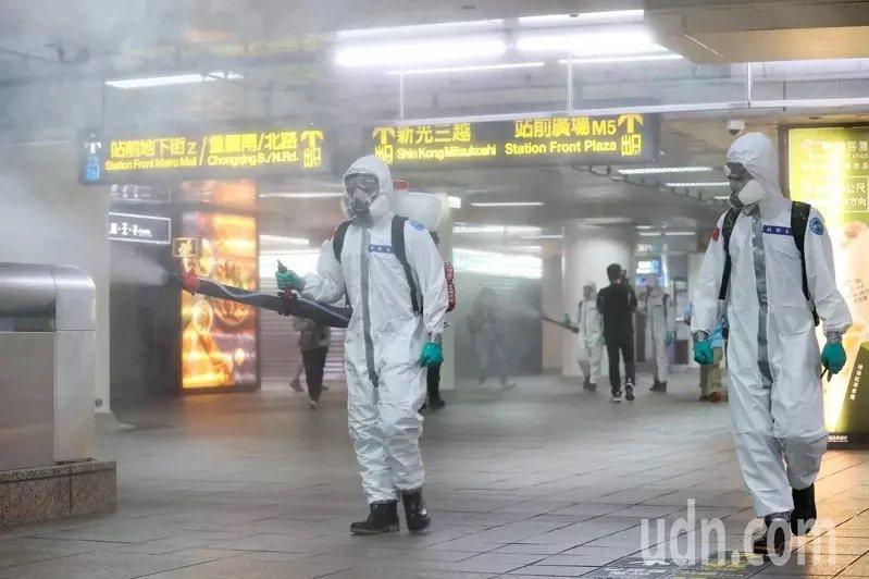 台灣新冠肺炎疫情持續升溫,陸軍化學兵18日上午在捷運台北車站內進行消毒。本報系資...