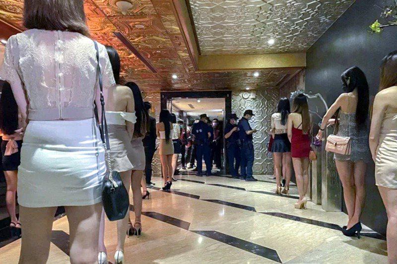 酒店業者認為疫情導致的營業損失恐比去年更嚴重,今年KTV、小吃店也都停業,小姐沒場所可賺錢。記者李隆揆/翻攝