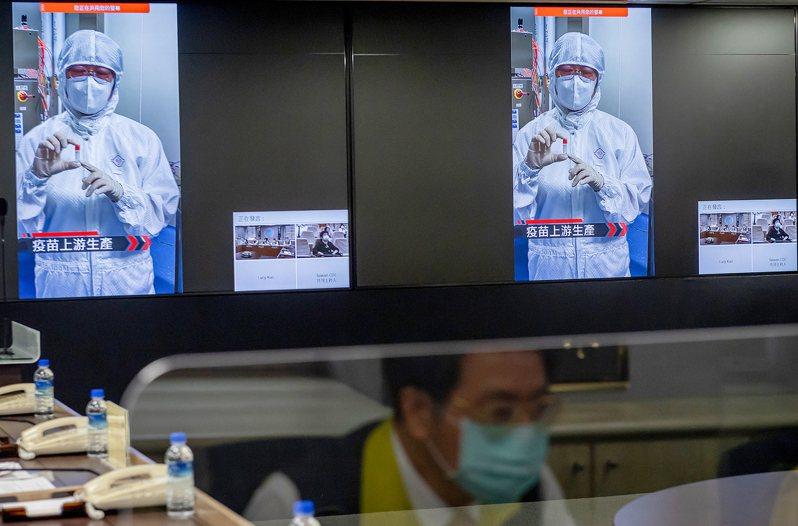 蔡英文總統與行政院長蘇貞昌昨前往指揮中心,與國內疫苗廠商視訊了解目前進度,希望七月底國產疫苗能供國人使用。圖/總統府提供