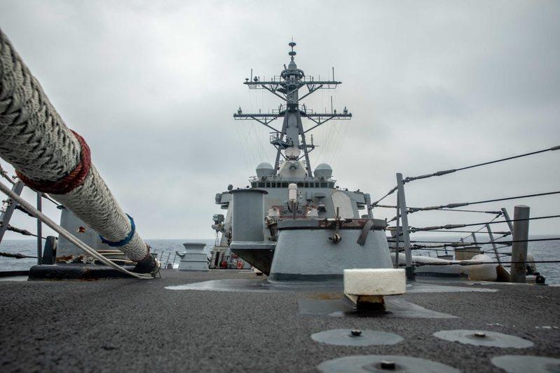 美國海軍第七艦隊勃克級驅逐艦魏柏號(DDG 54)在當地時間18日通過台灣海峽。圖片來源:第七艦隊提供。