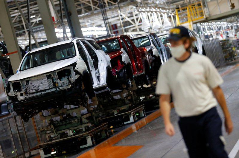 因半導體不足,豐田汽車宣布兩家日本廠的三條生產線下月將短暫停產。示意圖。路透