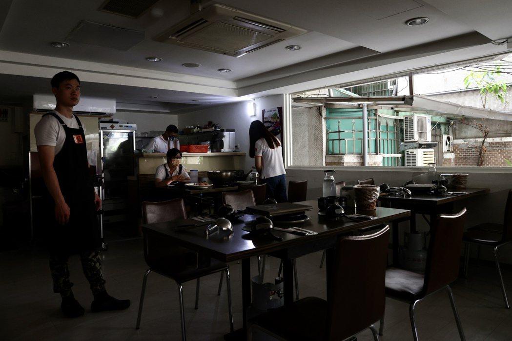 日前我國緊急停電,許多能在用餐中的民眾和商家無奈被迫躲到戶外等待復電。聯合報系資...