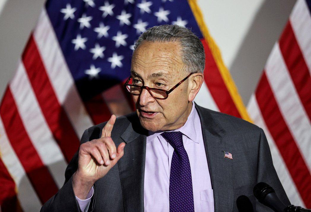 參院多數黨領袖舒默(見圖 )表示,參院將在美國提高對中國競爭力的法案中,增列一項...