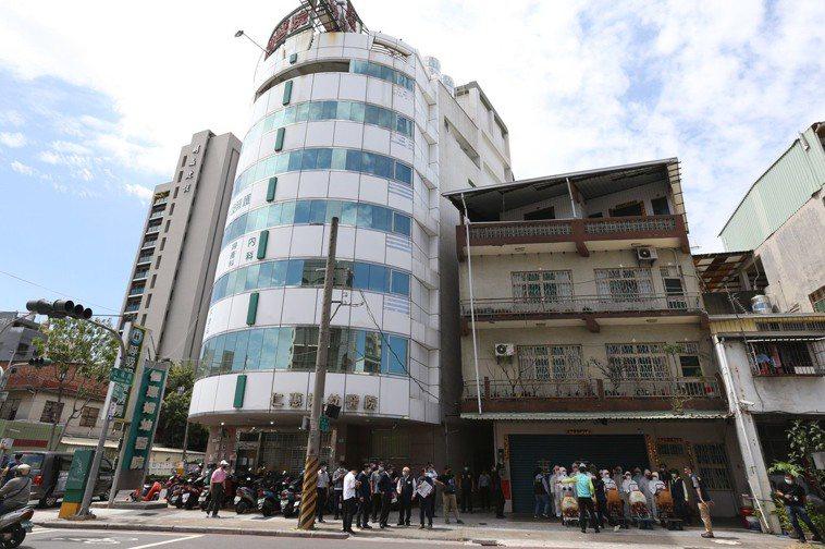 高雄仁惠醫院行政人員、護理師相繼確診,已完成病患清空及環境清消。記者劉學聖/攝影