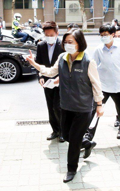 蔡英文總統(中)昨天到「中央流行疫情指揮中心」視導,她伸出食指比出手勢,好像在呼籲國人挺住。記者邱德祥/攝影
