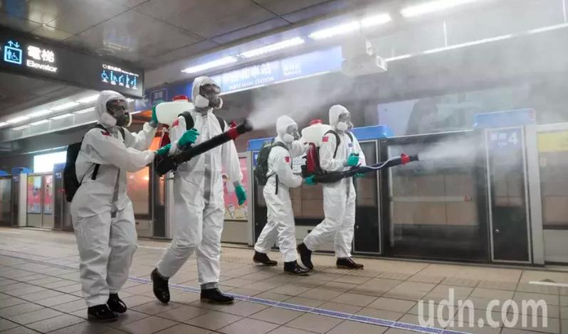 圖為捷運台北車站內進行消毒。本報系資料庫