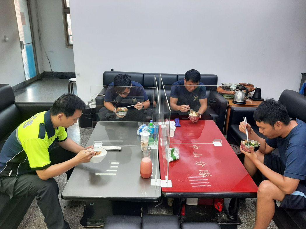 新竹市消防局訂製專屬用餐防疫隔板「防疫犀牛盾」,免除消防員每日用餐時擔心飛沫傳染...