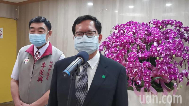 桃園市長鄭文燦(右)決今、明兩天先設置3個社區採檢站。記者曾增勳/攝影