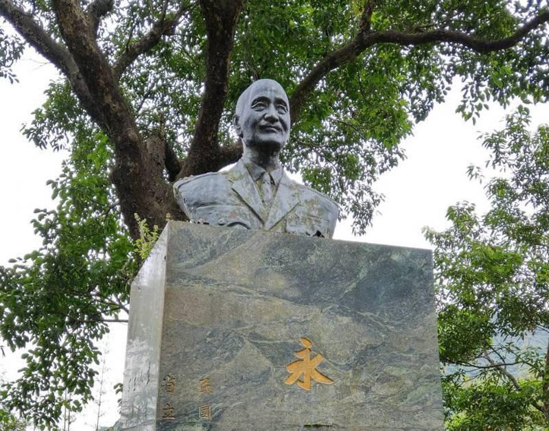 國立宜蘭大學實驗林場有半身及全身的蔣中正銅像各一座,上頭有「永懷領袖」字樣,校方開會討論決議移往兩蔣園區。記者戴永華/攝影