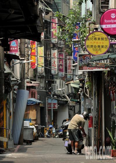 由於茶藝館群聚案外加三級警戒,萬華地區的茶藝館紛紛歇業,宛如空城。記者曾原信/攝...