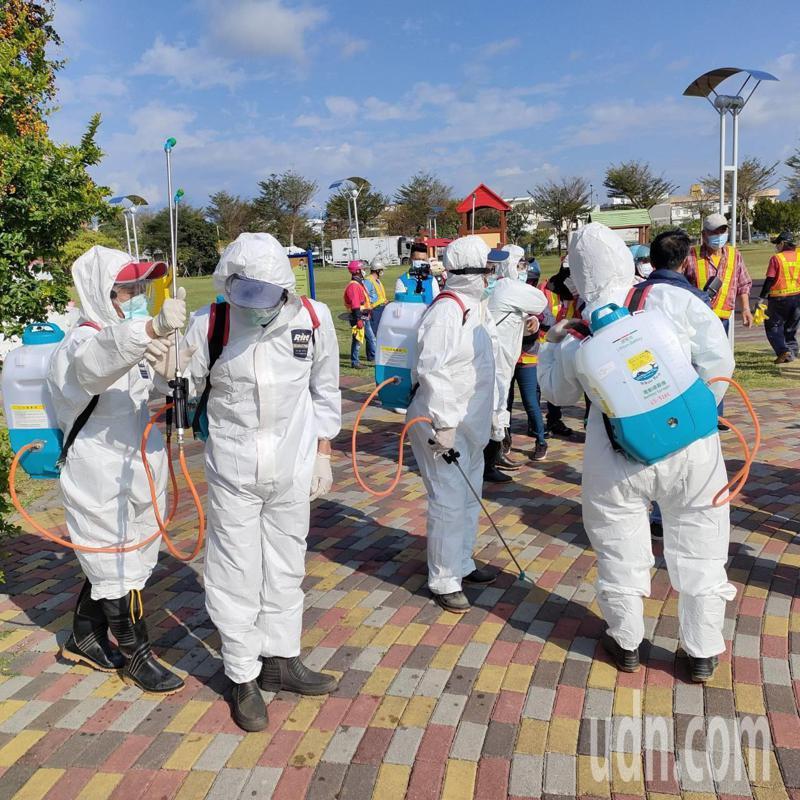 國內疫情嚴峻,台東縣第一線清潔隊員,每天揹著50公斤裝備,在大太陽底下噴藥消毒,守護台東零確診。記者尤聰光/攝影