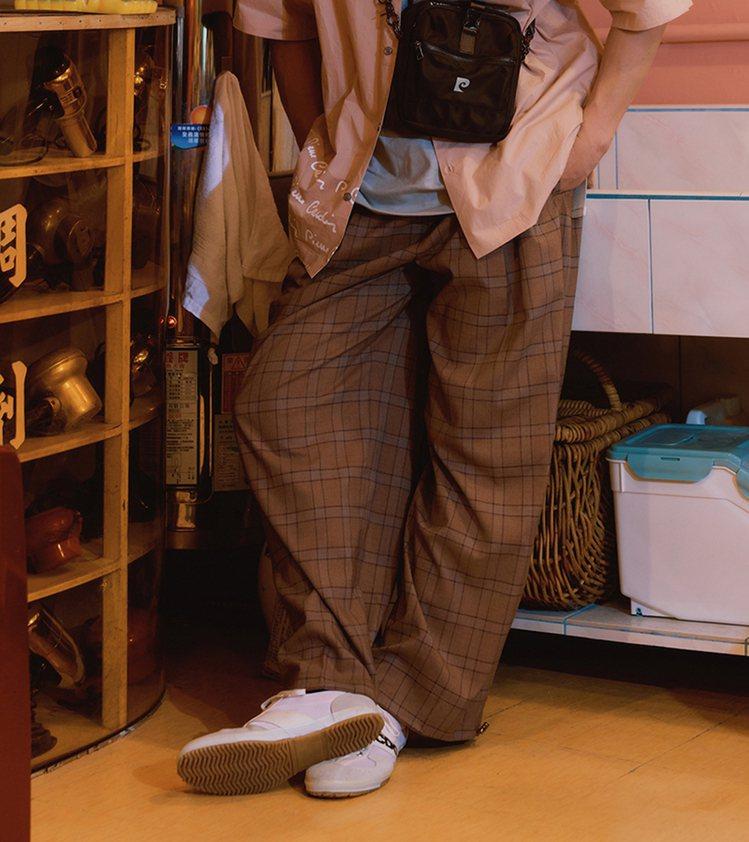 pierre cardin與plain-me聯名系列寬版束口長褲2,880元。圖...