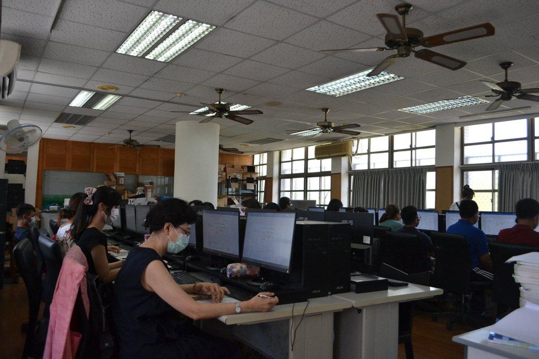 台南市崇明國小因應線上教學,今天為老師增能,提升直播教學能力。記者鄭惠仁/攝影