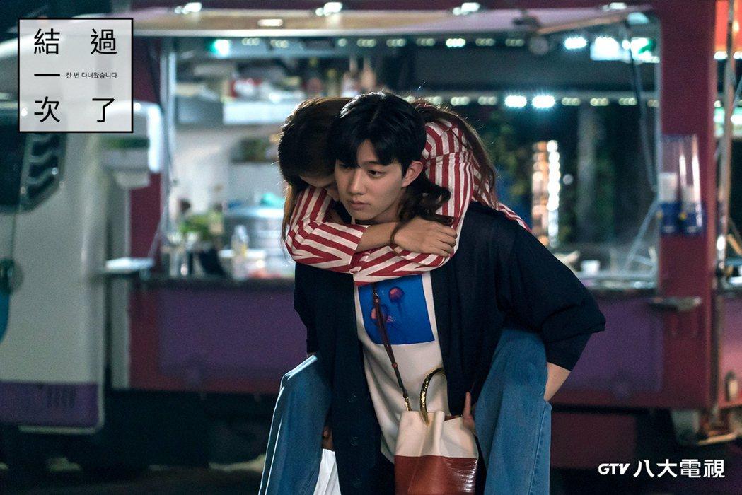 奇道勳(右)首次在戲裡詮釋愛情戲份,與吳允兒對戲發生不少趣事。圖/八大電視提供