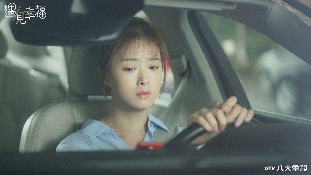 蔣欣在「遇見幸福」戲中面臨中年危機。圖/八大電視提供