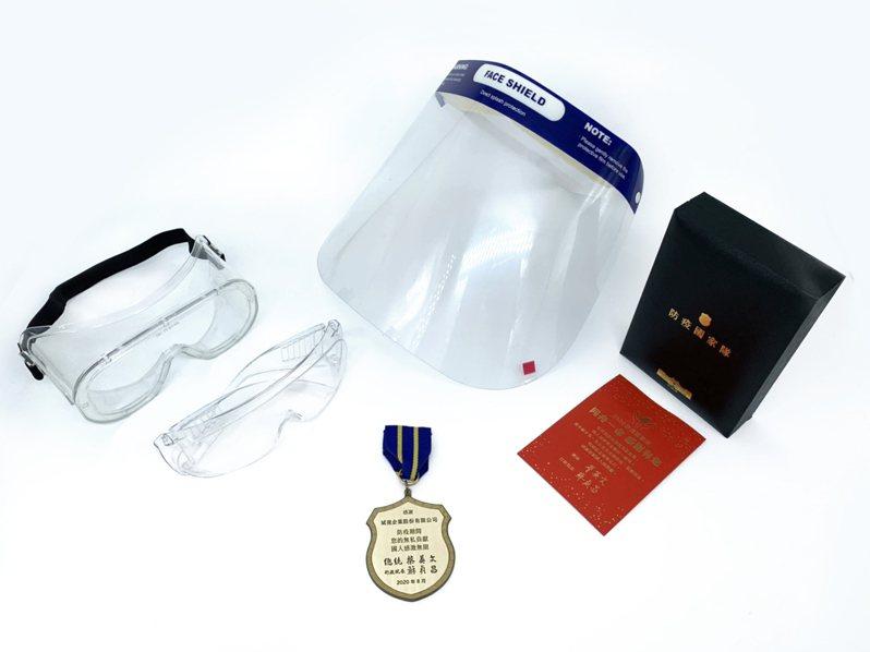 眼鏡國家防疫隊斌視公司將所有產線都用以製作護目鏡,支持台灣撐過這波疫情。圖/斌視公司提供