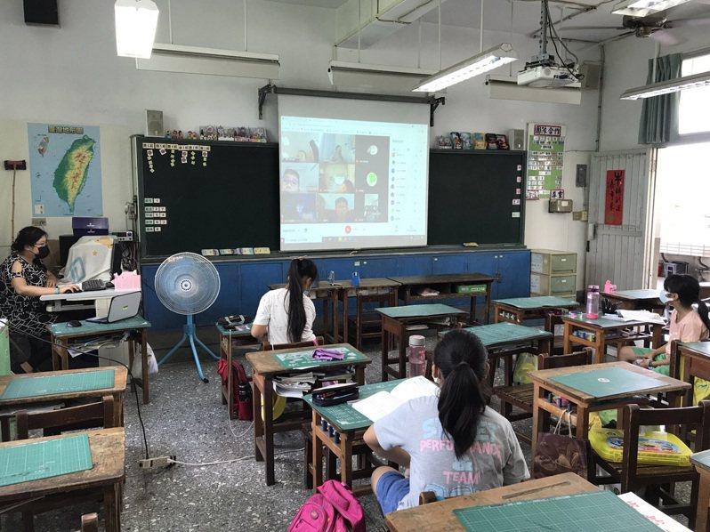 全國高中職以下學校今起全部停課,對於部分家長因為需要上班,無法照顧小孩,仍可將學生送到學校上課,老師仍在教室做線上教學。圖/彰化縣教育處提供