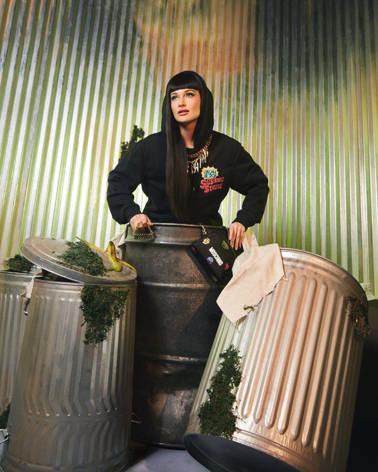 形象廣告邀請同樣為芝麻街鐵粉並曾客串於節目中演出的創作歌手Kacey Musgr...